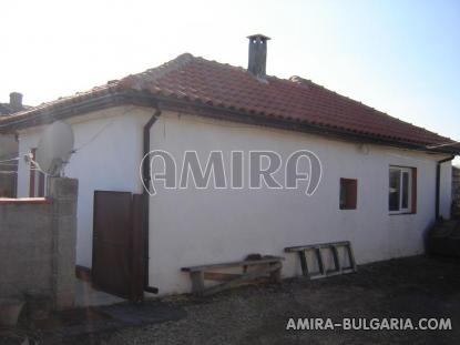 Furnished house 8 km from the beach back