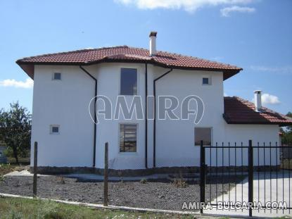 New 4 bedroom house 8 km from the beach back 2